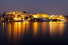 Udaipur市宫殿在晚上 库存图片