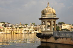 Udaipur,拉贾斯坦,印度 老城市江边的看法 免版税库存图片