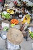 Udaipur, Ινδία, στις 14 Σεπτεμβρίου 2010: Ηλικιωμένες γυναίκες που πωλούν τα λαχανικά και τα φρούτα σε μια τοπική αγορά οδών σε U Στοκ Εικόνες