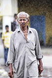 Udaipur, Ινδία, στις 13 Σεπτεμβρίου 2010: Ινδικός ηληκιωμένος που περπατά στο RA Στοκ εικόνες με δικαίωμα ελεύθερης χρήσης