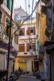 Udaipur, Индия - 29-ое января 2017: Идущ в очаровательные узкие переулки и улицы на Udaipur, известное назначение перемещения в Р Стоковые Изображения
