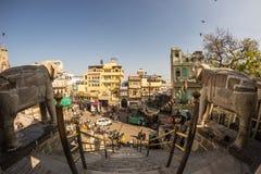 Udaipur, Индия - 29-ое января 2017: Толпа и движение в очаровательном Udaipur, известное назначение перемещения в Раджастхане, Ин Стоковые Изображения RF