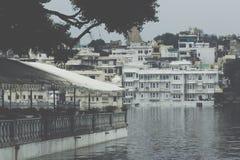 UDAIPUR INDIA, WRZESIEŃ, - 15, 2017: Jeziorny Pichola z miastem Pala Zdjęcia Stock