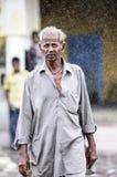 Udaipur Indien, september 13, 2010: Indisk gamal man som går i rommar Royaltyfria Bilder