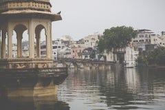 UDAIPUR, INDIEN - 15. SEPTEMBER 2017: See Pichola mit Stadt Pala Lizenzfreie Stockbilder