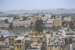 UDAIPUR, INDIEN - 15. SEPTEMBER 2017: See Pichola mit Stadt Pala Lizenzfreies Stockfoto