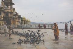 UDAIPUR, INDIEN - 15. SEPTEMBER 2017: See Pichola mit Stadt Pala Stockfotos