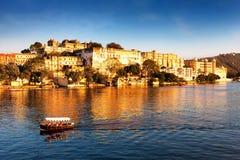 Udaipur miasta pałac. Pichola jezioro. India. zdjęcie royalty free