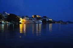 Udaipur, Rajasthan, Índia Ideia da noite da margem velha da cidade fotos de stock