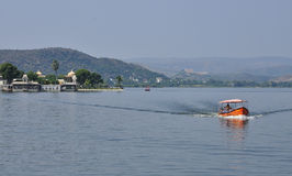 Udaipur, Rajasthan, Índia Vista do lago Pichola imagens de stock royalty free