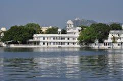 Udaipur, Rajasthan, Indien Luxushotel auf der Ufergegend lizenzfreie stockfotografie