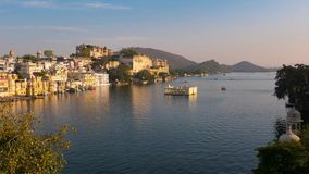 Udaipur Rajasthan Indien Zeitspanne bei Sonnenuntergang von oben Reiseziel- und Tourismusmarksteine stock video