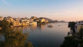 Udaipur Rajasthan Indien Zeitspanne bei Sonnenuntergang von oben Reiseziel- und Tourismusmarksteine stock video footage