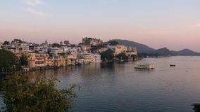 Udaipur Rajasthan Indien Zeitspanne bei Sonnenuntergang von oben Reiseziel- und Tourismusmarksteine stock footage