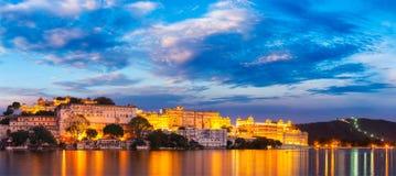 Udaipur stadsslott i aftonen Rajasthan Indien Royaltyfria Foton