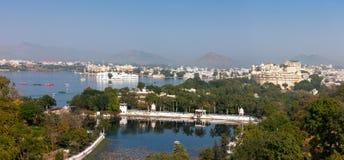 Udaipur. Widok Jeziorny Pichola miasto pałac i Taj jeziora pałac. zdjęcie stock