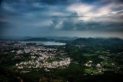 Udaipur y la gama de Aravalli fotos de archivo