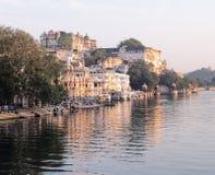 Udaipurs stadsslott från sjön Pichola royaltyfria bilder
