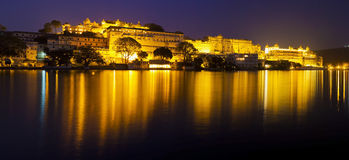 Udajpur市宫殿在晚上 库存图片