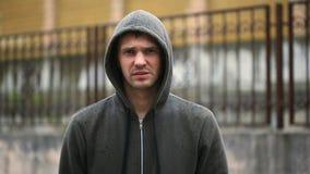 Udaremniający pogodą, stoi w deszczu Niefortunny mężczyzna zdjęcie wideo
