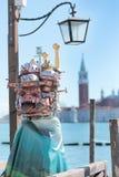Udda maskering med byggnader på karnevalet av Venedig Arkivbilder