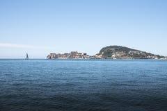 Udde av Gaeta med segelbåten som ses från havet arkivbilder