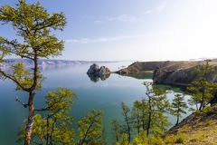 Udde Burkhan på Lake Baikal arkivbild