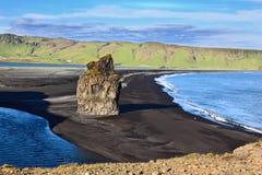 Udde Dirholaey i sydliga Island Royaltyfria Foton