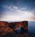 Udde Dyrholaey på sydliga Island Höjd 120 M och genomsnittlig kulleö med en dörröppning Vibrerande natthimmel med Fotografering för Bildbyråer