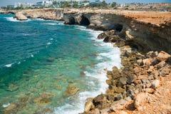 Udde Greco Sikter av havsgrottorna och klipporna av udde Greco cyprus Royaltyfria Bilder