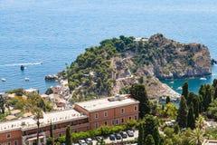 Udde nära Isola Bella i det Ionian havet nära Taormina Arkivbilder