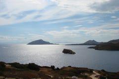Udde Sounion av den sydliga delen av fastlandet Grekland 06 20 2014 Marin- landskap och landskap av ökenvegetationen av Royaltyfri Bild