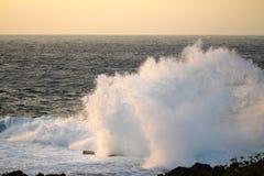Udde Zampa, Okinawa Japan för havsprejsolnedgång Fotografering för Bildbyråer