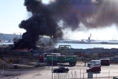 Uddevalla, Suecia, el 15 de abril de 2019: Fuego en el puerto de Uddevallas imagen de archivo
