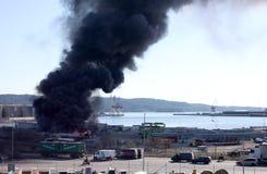 Uddevalla, Suecia, el 15 de abril de 2019: Fuego en el puerto de Uddevallas fotografía de archivo