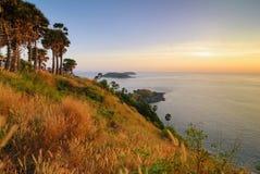uddphromthepphuket solnedgång thailand Arkivfoton