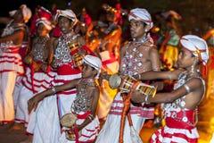 Udekki spelare utför på Esalaen Perahara i Kandy, Sri Lanka Arkivbilder