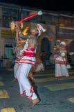 Udekki spelare utför på Esalaen Perahera i Kandy, Sri Lanka Arkivfoton