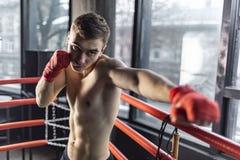 Uderzać pięścią boksera mężczyzny w pierścionku fotografia royalty free