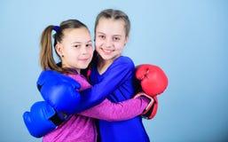 uderzać pięścią nokaut Dzieciństwo aktywność trening mały dziewczyna bokser w sportswear Sporta sukces przyjaźń przydatność obraz royalty free