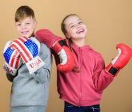 uderzać pięścią nokaut Dzieciństwo aktywność Sporta sukces Przyjaźni walka trening mały dziewczyny i chłopiec bokser wewnątrz fotografia royalty free