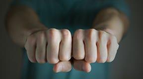 Uderzać pięścią pięści gniewny mężczyzna zdjęcie royalty free