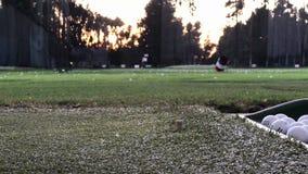 Uderzać piłkę golfową przy Napędowym pasmem zbiory