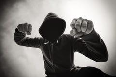 Uderzający pięścią i napadać na kogoś agresywnym gwałtownym mężczyzna na ulicie Zdjęcia Royalty Free