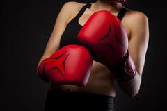Uderzający pięścią z czerwoną bokserską rękawiczką, walki pojęcie Zdjęcie Stock