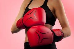 Uderzający pięścią z czerwonymi bokserskimi rękawiczkami, walki pojęcie Fotografia Royalty Free