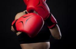 Uderzający pięścią z czerwonymi bokserskimi rękawiczkami, walki pojęcie Zdjęcia Royalty Free