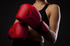 Uderzający pięścią z czerwonymi bokserskimi rękawiczkami, walki pojęcie Obrazy Royalty Free