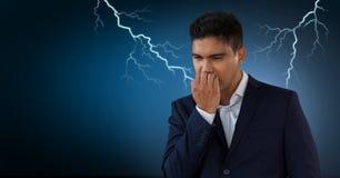 Uderzenia pioruna i okaleczający przestraszony mężczyzna obraz stock