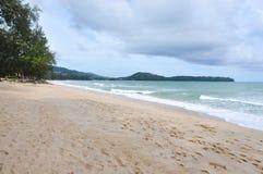 Uderzenia Tao plaża przy Phuket Tajlandia z Chmurnym niebem fotografia royalty free